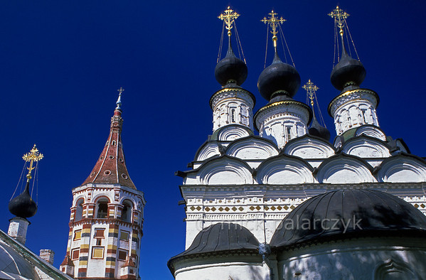 [RUSSIA.GOLDENRING 26.018] 'Colourful tower.'  	In the centre of Suzdal the colourful bell-tower of the St. Antipius Church (ca. 1700, left) and the domes of the St. Lazarus Church (1667, right) form a striking ensemble. Photo Mick Palarczyk.