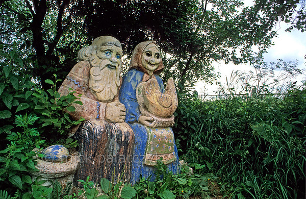 [RUSSIA.GOLDENRING 26.160] 'Old Couple.'  	Along a footpath in Istra this colourful statue visualizes a Russian fairy tale about an old couple which owns a hen that lays a golden egg. Photo Mick Palarczyk.
