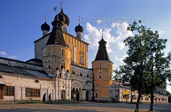 [RUSSIA.GOLDENRING 26.117] 'Monastic gate.'  	The massive North Gate of the Monastery of the Saints Boris and Gleb is flanked by small shops that are built against the monastic wall. The monastery is situated in the small town of Borisoglebsk, 15 km west of Rostov-Veliky. Photo Mick Palarczyk.