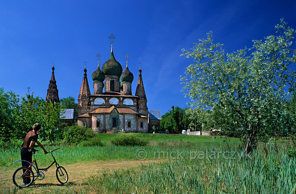 [RUSSIA.GOLDENRING 26.060] 'Church on Volga bank.'  	In the Korovniki quarter at Yaroslavl, the Church of St. John the Chrisostom (1654) occupies a prominent place on the bank of the Volga. Photo Mick Palarczyk.