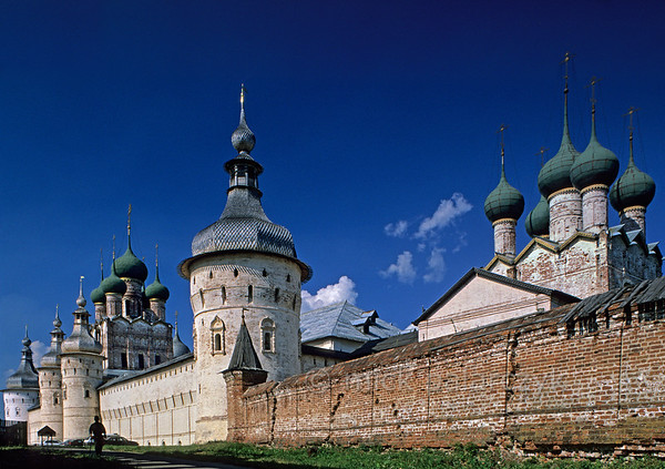 [RUSSIA.GOLDENRING 26.140] 'West wall of Rostov's kremlin.'  The western wall of Rostov-Veliky's kremlin displays an impressive ensemble of churches and towers. From right to left: the St. Gregory Church, a wall-tower, the Gate-Church of St. John with two gate-towers just in front of it and finally another wall-tower. Photo Mick Palarczyk.