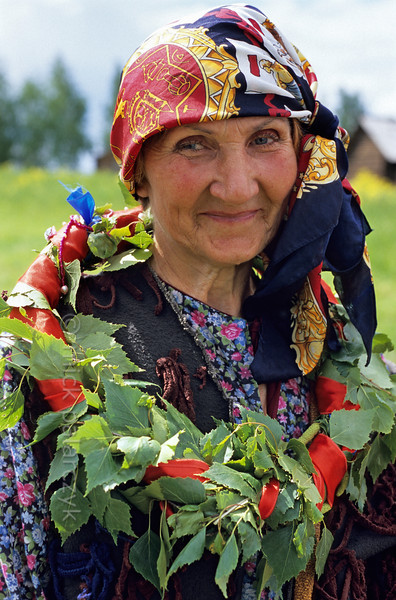[RUSSIA.GOLDENRING 25.974] 'Troitsa festivities.'  	During Troitsa (Whit Sunday) festivities in Suzdal a woman wears a wreath of birch twigs. The birch personifies the renewal of life in spring. Photo Mick Palarczyk.