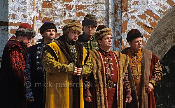 "[RUSSIA.GOLDENRING 26.105] 'Boyars.'  	Filled with suspicion, Boyars (Russian noblemen) are listening to the tsar in front of the walls of the Ipatievsky Monastery at Kostroma. It is a scene from the opera ""Boris Godunov"", here performed by the New Opera Theatre of Moscow. The masterpiece by Russian composer Musorgsky treats the life and death of the 17th century tsar Boris Godunov. Photo Mick Palarczyk."