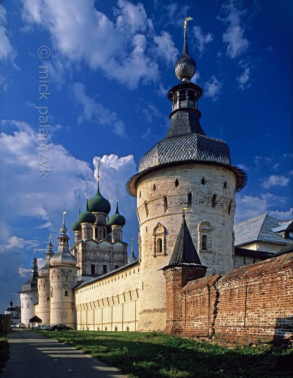 [RUSSIA.GOLDENRING 26.141] 'West wall of Rostov's kremlin.'  	The western wall of Rostov-Veliky's kremlin displays an impressive ensemble of domes and towers. From right to left: a wall-tower, the Gate-Church of St. John with two gate-towers just in front of it and finally another wall-tower. Photo Mick Palarczyk.