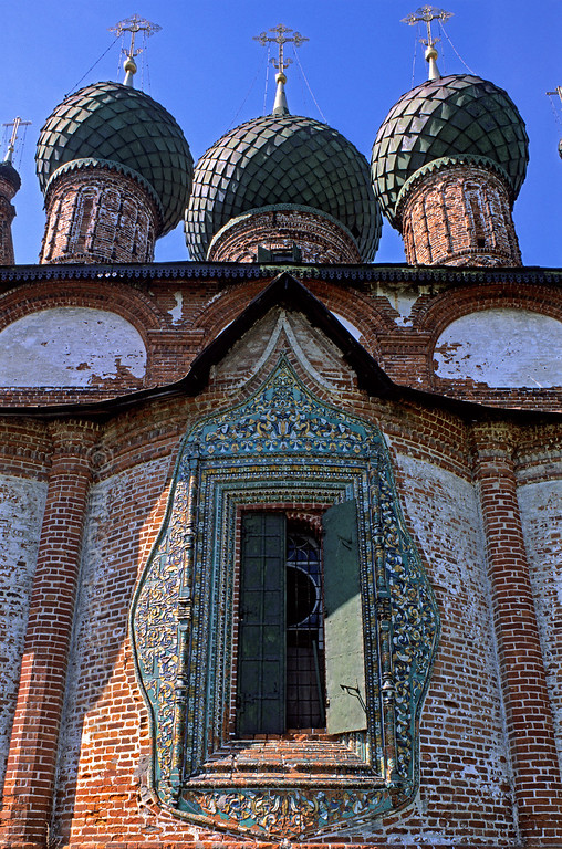 [RUSSIA.GOLDENRING 26.063] 'Colourful tiles.'  	In the Korovniki quarter at Yaroslavl, the Church of St. John the Chrisostom (1654) has windows that are framed by the colourful glazed tiling for which the Yaroslavl region is renowned. Photo Mick Palarczyk.