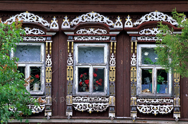 [RUSSIA.GOLDENRING 26.084] 'Window frames.'  	Decorated window frames of an izba  (traditional wooden house) in Gustomesowo village, 30 km south of Kostroma. Photo Mick Palarczyk.