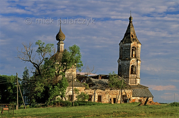 [RUSSIA.GOLDENRING 26.079] 'Leaning tower.'  	The leaning tower of a ruined church withers away in romantic splendour at Roshtdestveno village, 35 km southeast of Yaroslavl. Photo Mick Palarczyk.