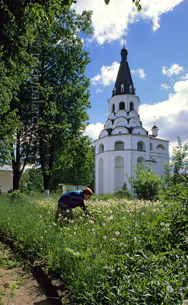 [RUSSIA.GOLDENRING 25.909] 'Bell-tower in Uspenski convent.'  	A prominent structure of Alexandrov's Dormition (Uspenski) convent is the tall 17th century bell-tower with tented roof. It is built around an older 16th century belfry and has three tiers of kokoshniks (horseshoe arches). Photo Mick Palarczyk.