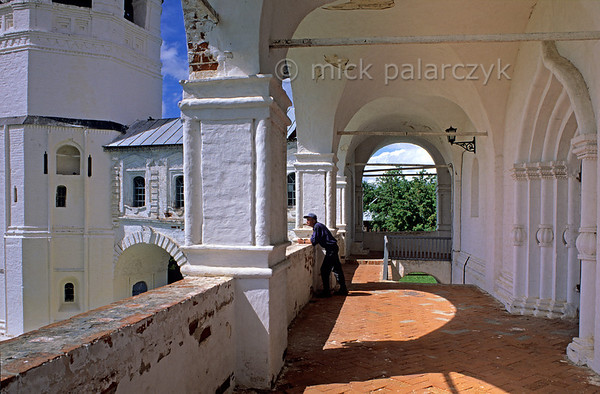 [RUSSIA.GOLDENRING 25.954] 'Cathedral gallery.'  	The gallery of the 16th century Pokrovski Cathedral in Suzdal's Intercession (Pokrovski) Convent. Photo Mick Palarczyk.