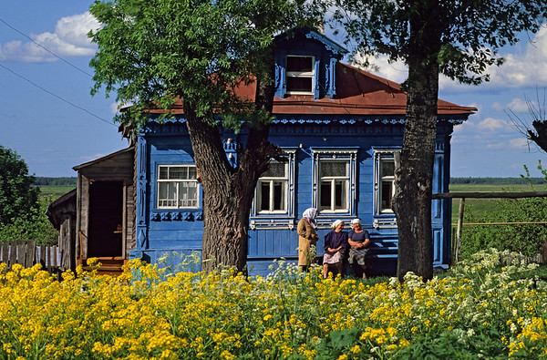 [RUSSIA.GOLDENRING 26.023] 'Exchanging gossip.'  	Neighbours are exchanging gossip in front of an izba (traditional wooden house) in Ves village, north of Suzdal. Photo Mick Palarczyk.