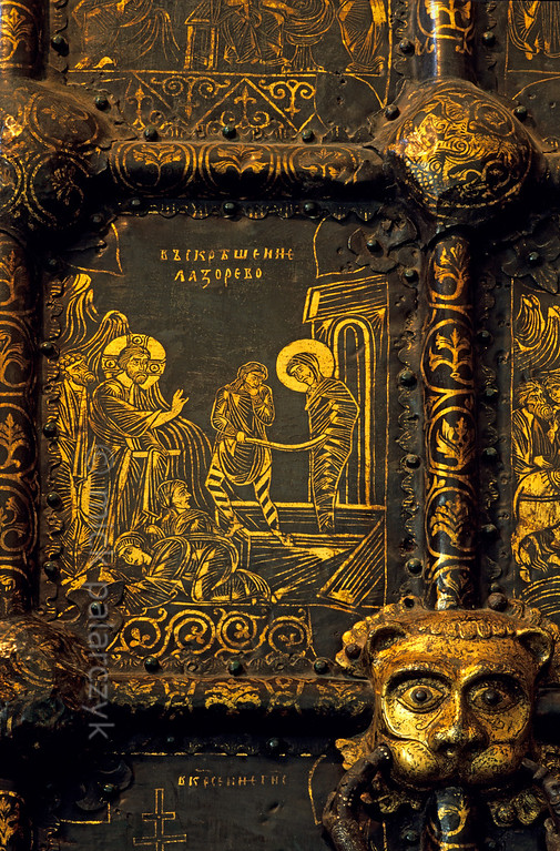 [RUSSIA.GOLDENRING 26.000] 'Golden Lazarus.'  	Detail of the western Golden Gates of Suzdal's Nativity Cathedral, showing the resurrection of Lazarus. The doors are masterpieces of 13th century Russian art, executed in a complicated technique of fusing gold on to a dark background of bronze. The cathedral is situated in Suzdal's Kremlin. Photo Mick Palarczyk.