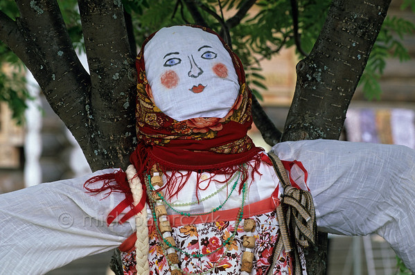 [RUSSIA.GOLDENRING 25.963] 'Ritual doll.'  	During Troitsa (Whit Sunday) festivities in Suzdal a ritual Rusalka doll is made. Inside, the doll consists of birch twigs and leaves, the birch being the tree that symbolizes the renewal of life in spring. According to an old fertility ritual Rusalka should be drowned in a river. Her death is a sacrifice which must ensure rain for the crops during the coming summer. Photo Mick Palarczyk.