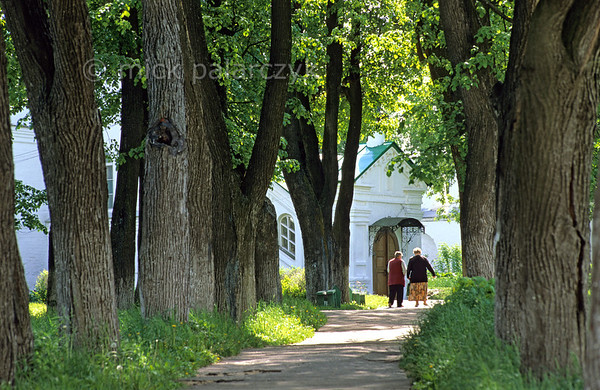 [RUSSIA.GOLDENRING 25.905] 'Alexandrov's convent.'  In the town of Alexandrov, a lane on the grounds of the 17th century Dormition (Uspenski) convent provides a pleasant surrounding for the town's pensioners. Photo Mick Palarczyk.