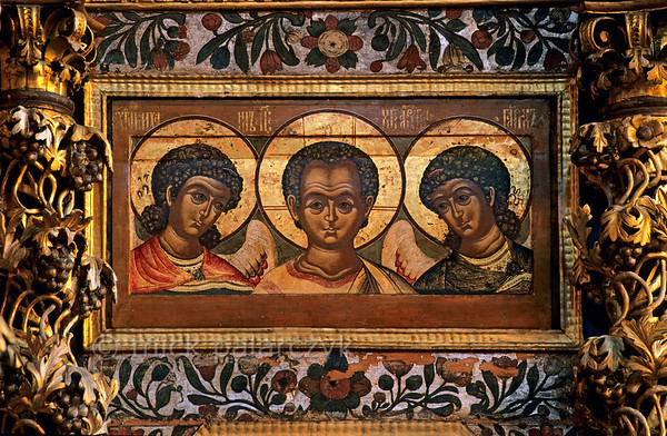 [RUSSIA.GOLDENRING 26.058] 'Three saints.'  	Three saints are surrounded by intricate carvings above the left door in the iconostasis of Yaroslavl's St. Elijah the Prophet Church. Photo Mick Palarczyk.
