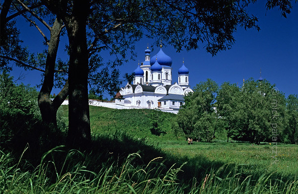 [RUSSIA.GOLDENRING 25.922] 'Cathedral at Bogolyubovo.'  Perched on the high bank of the Klyazma River, the Assumption (Uspenski) Cathedral (1866) of the Bogolyubovo Monastery displays its white walls and blue onion domes. Photo Mick Palarczyk.