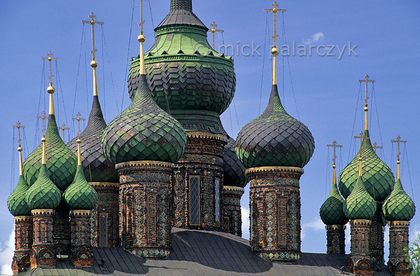 [RUSSIA.GOLDENRING 26.066] 'Green domes.'  	Yaroslavl experienced a trade boom in the 17th century, as a result of which churches are hidden around every corner. Such as the many domed Church of St. John the Baptist in Tolchkovo (1671-87), which can be found on the south bank of the Kotorosl River. Photo Mick Palarczyk.