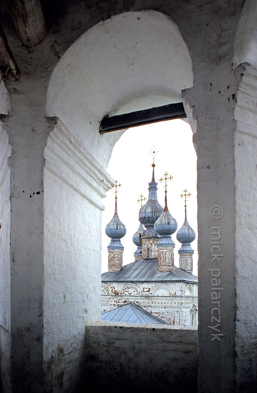 [RUSSIA.GOLDENRING 26.040] 'View from bell-tower.'  	At the Monastery of the Archangel Michael in Yuryev-Polskoi, the five domes of the 17th century Gate-Church of John Theologos are visible from the top of the monastery's bell-tower. Photo Mick Palarczyk.