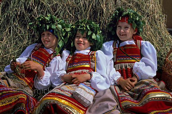 [RUSSIA.GOLDENRING 25.984] 'Resting in the hay.'  	During Troitsa (Whit Sunday) festivities in Suzdal girls in traditional dress wear wreaths of birch twigs. The birch personifies the renewal of life in spring. Photo Mick Palarczyk.