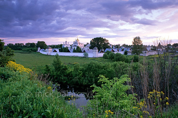 [RUSSIA.GOLDENRING 25.946] 'Convent in the meadows.'  On the lower western bank of Suzdal's Kamenka River the Intercession (Pokrovski) Convent is surrounded by 17th century walls and towers. The convent was home to many banned Tsarina's and noble women. Photo Mick Palarczyk.