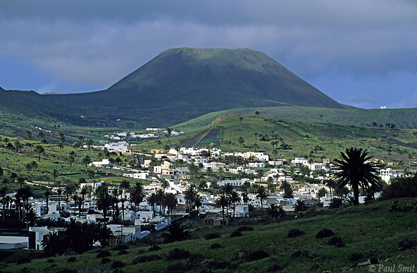 [SPAIN.CAN.LANZAROTE 9400] 'Haria.'  Haria, the island's most Arabic looking village in the Valley of the Thousand Palms. Photo Paul Smit.