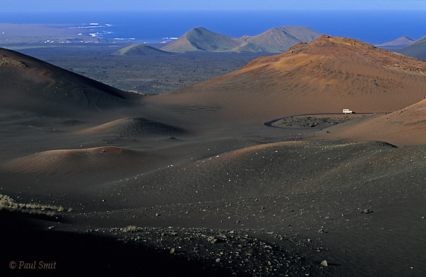[SPAIN.CAN.LANZAROTE 9330] 'Route of the Volcanoes 1.'  Landrover on the Route of the Volcanoes in a landscape of devilish beauty. Timanfaya national park. Photo Paul Smit.
