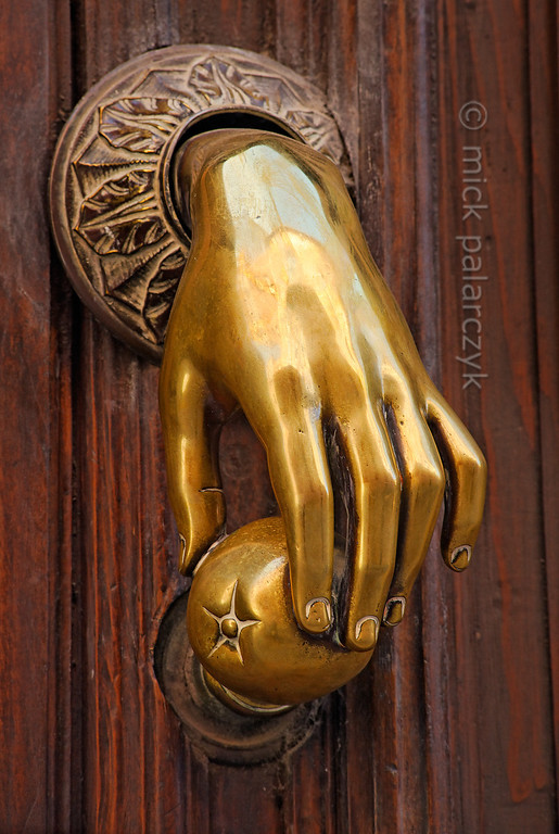 [SPAIN.CLEON 28615] 'Hand of Fatima in Ávila.'  	Bronze door knocker in the old town of Ávila. It represents the hand of either Fatima (daughter of the prophet Mohammed) or Miriam (sister of Moses) and is in Arabian and Jewish culture thought to ward of the evil eye. Photo Mick Palarczyk.