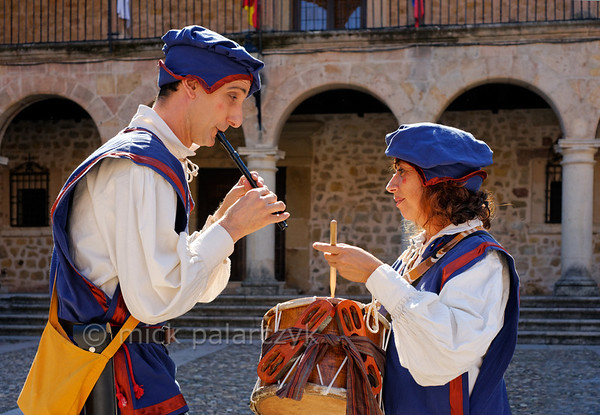[SPAIN.CMANCHA 28541] 'Medieval musicians in Sigüenza.'  Street performers play medieval music on the market square of Sigüenza, a small town in Guadalajara province which is dominated by an austere medieval castle. Photo Mick Palarczyk.