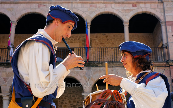 [SPAIN.CMANCHA 28542] 'Medieval musicians in Sigüenza.'  Street performers play medieval music on the market square of Sigüenza, a small town in Guadalajara province which is dominated by an austere medieval castle. Photo Mick Palarczyk.