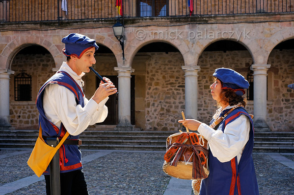 [SPAIN.CMANCHA 28540] 'Medieval musicians in Sigüenza.'  Street performers play medieval music on the market square of Sigüenza, a small town in Guadalajara province which is dominated by an austere medieval castle. Photo Mick Palarczyk.
