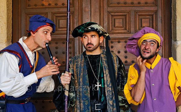 [SPAIN.CMANCHA 28544] 'Medieval characters in Sigüenza.'  On the market square of Sigüenza, a small town in Guadalajara province, street performers portray characters from medieval society: a flute-player, a mistrusting nobleman and a lice infested jester. Photo Mick Palarczyk.