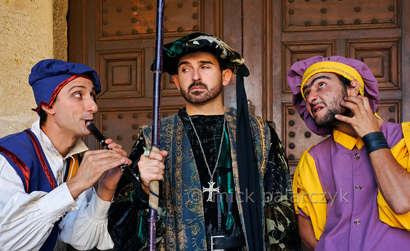 [SPAIN.CMANCHA 28546] 'Medieval characters in Sigüenza.'  On the market square of Sigüenza, a small town in Guadalajara province, street performers portray characters from medieval society: a flute-player, a mistrusting nobleman and a lice infested jester. Photo Mick Palarczyk.