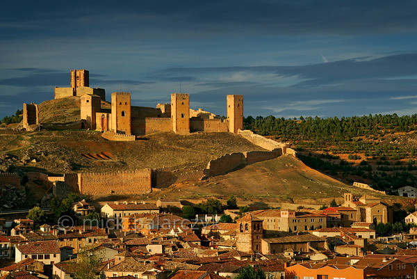 [SPAIN.CMANCHA 28534] 'Molina de Aragon.'  	The castle of Molina de Aragon (Guadalajara province) was founded by the Moors in the 10th century. It has the layout of a Moorish alcazaba: an extensive walled precinct with few buildings. Molina was conquered by the king of Aragon in 1129 and was rebuilt in the 12th and 13th century. The actual castle, with its four high towers, was built into a corner of the alcazaba precinct. Behind it, on the top of the hill, stands the so-called Tower of Aragon, which served as a kind of watchtower but is a castle in itself. Photo Mick Palarczyk.