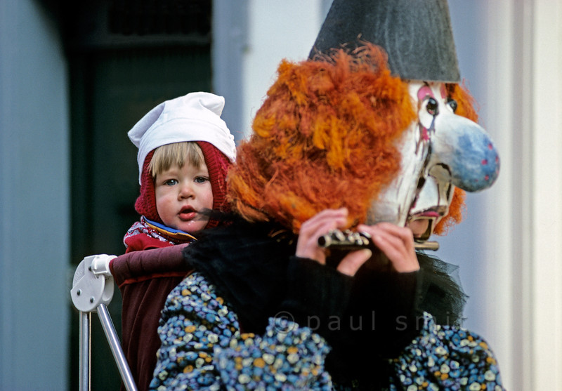 [SWITZER.JURA 6358] 'It's great to be with my mom.'  Tuesday is children's carnival during the <i>Basler Fasnacht</i>. Then the children rule and the parents obey. Photo Paul Smit.