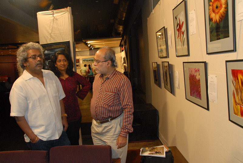 Anu (Arundhathi) with Hariharan viewing Swapan's pictures.