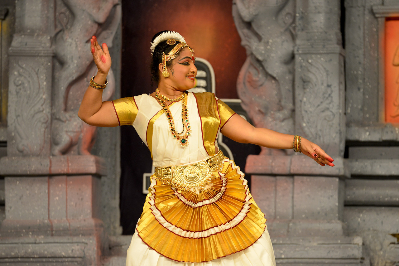 "Mohini Attam: Vichitra Dhinakaran & Students, Puducherry.<br /> Performance at Chidambaram Natyanjali Dance Festival 2015 held at Chidambaram in February 2015. The festival is known for its serenity and uniqueness of the devotion of the dancers dedicating their ""Natya"" (Dance) as ""Anjali"" (Offering) and worship to the Lord of Dance - Lord Nataraja (Shiva)."