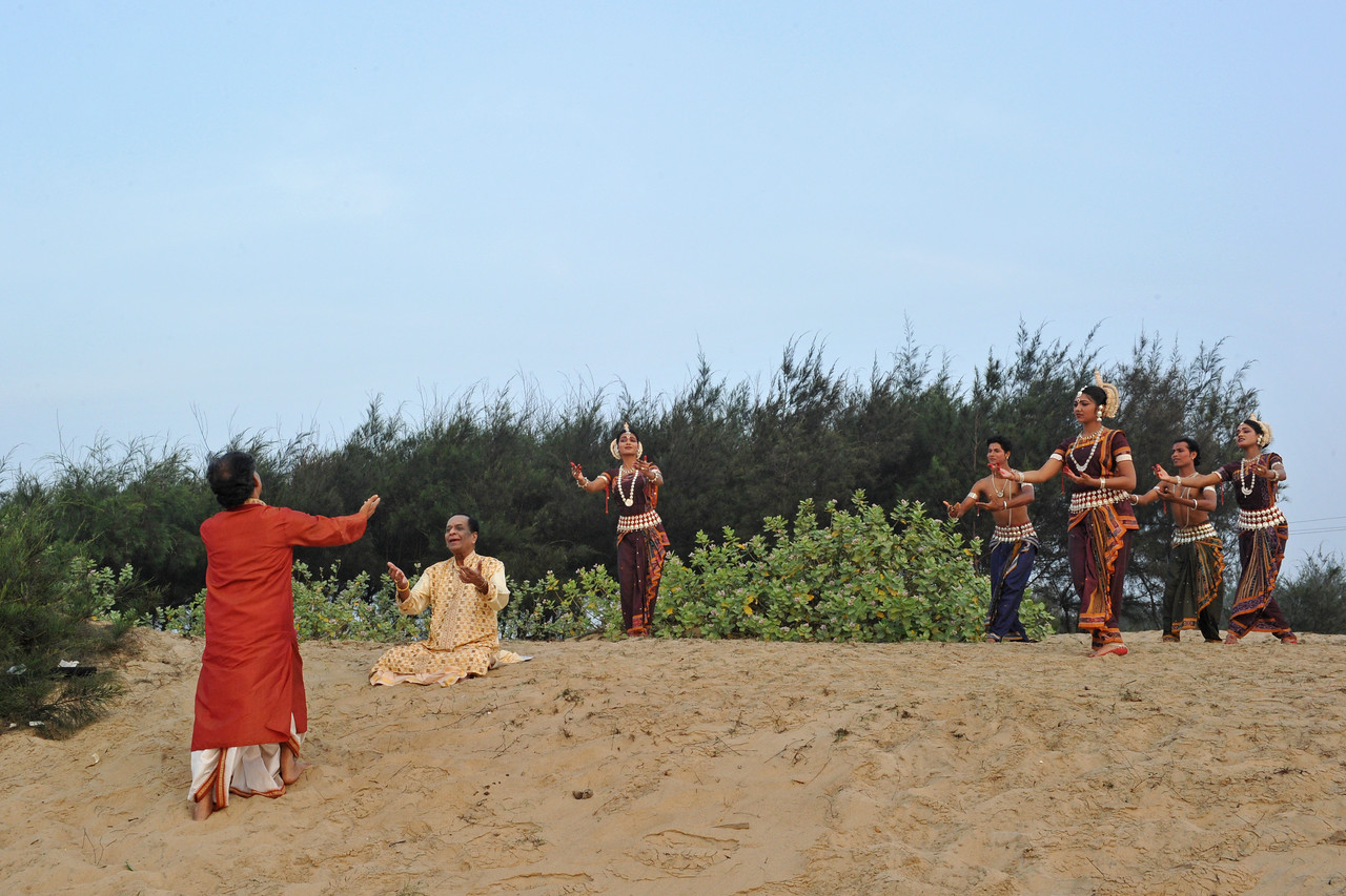 Documentary being filmed on Guru Gangadhar Pradhan and how he started the Konark Natya Mandap. <br /> Guru Gangadhar Pradhan dancing to the Carnatic vocals of Padmabibhushan, Dr. M. Balamuralikrishna at the Konark beach in Orissa.<br /> <br /> This was shot during the Konark Dance & Music Festival held from February, 19th to 23rd, 2010 was organized by Konark Natya Mandap.