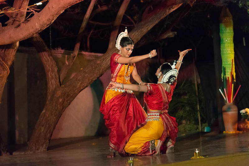 Shreeya Sakharkar and Tanushree Yalavati of Vaishnovi Kala Kshetra, Mumbai. Duet performance by disciples of Smt Asha Nambiar - Kalavati Pallavi. Mumbai Odissi Utsav, Day 1 - 17th Feb 2018.