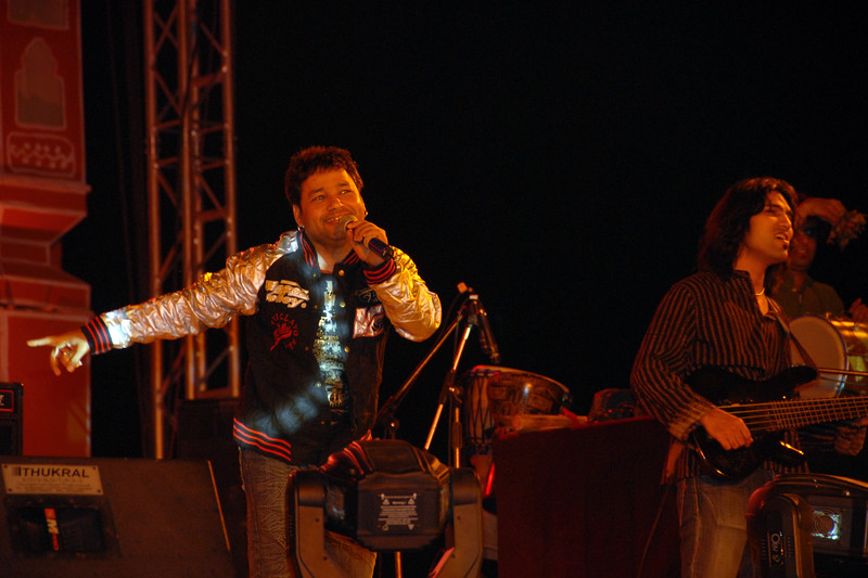 Famous singer Kailash Kher giving a live performance on stage at the open grounds.<br /> Rajasthan Day Celebrations in Jaipur, March/April 2007, India.<br /> <br /> With the aim of showcasing Rajasthan State's culture & heritage and reviving the traditional sports, cuisines and folk-art, Rajasthan Diwas Celebrations were held from 21st March to 30th March 2007. Craft-Bazaar, Food Festival, Night Bazaar, Sports competitions, spectacular fire-works, Mega Cultural Concerts, and competitions for school students were organized.