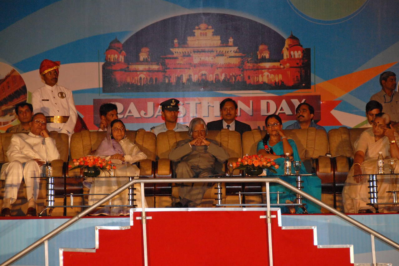 President Abdul Kalam along with Chief Minister of Rajasthan Vasundhara Raje at the ceremony marking the closing of the Rajasthan Day Celebrations in Jaipur, March/April 2007, India.<br /> <br /> With the aim of showcasing Rajasthan State's culture & heritage and reviving the traditional sports, cuisines and folk-art, Rajasthan Diwas Celebrations were held from 21st March to 30th March 2007. Craft-Bazaar, Food Festival, Night Bazaar, Sports competitions, spectacular fire-works, Mega Cultural Concerts, and competitions for school students were organized.