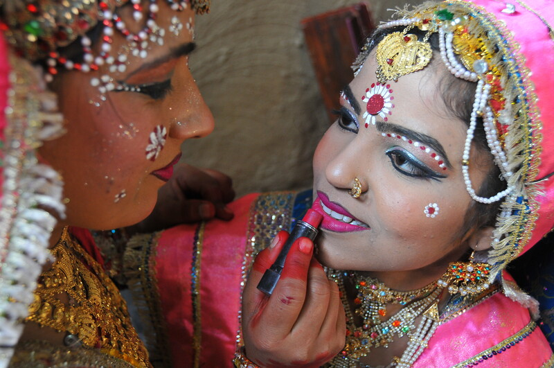 Dancer getting ready at the Suraj Kund Mela which is an annual fair held near Delhi.