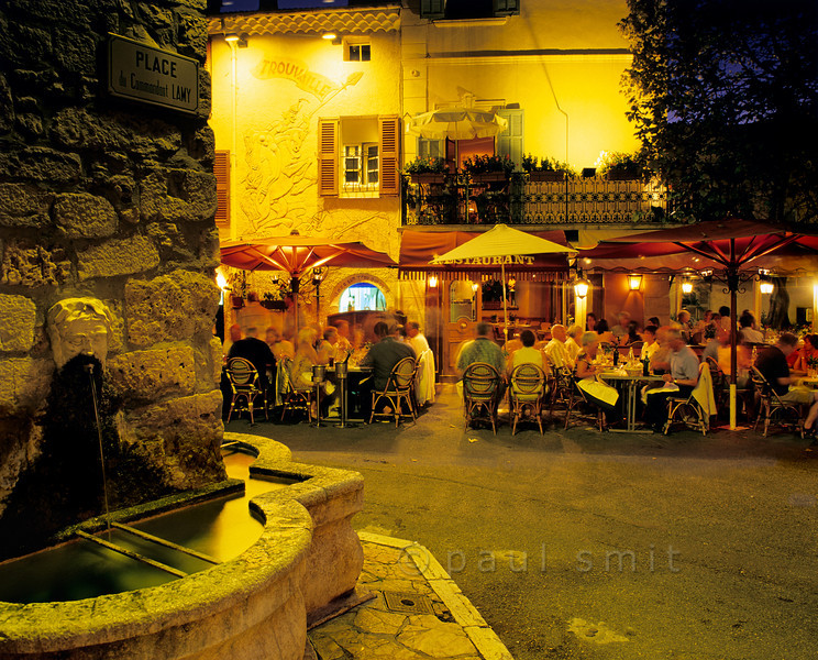[FRANCE.COTEDAZUR 5775] 'Having diner in Mougins.'  If you love the Provence Mougins has it all: good food, lots of art galleries, a photo museum, all within the medieval town wall. Photo Paul Smit.