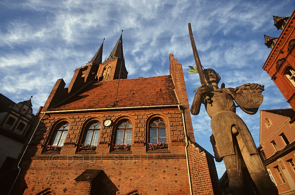 [GERMANY.SACHSENANHALT 11011]  'Market square of Stendal.'  The statue of Roland, dating 1525, is symbol for Stendal's membership of the Hanseatic League, a medieval alliance of mostly northgerman trading cities. Such cities are famous for their brick architecture, as shown here in the town hall and the towers of the Marienkirche. Photo Paul Smit.