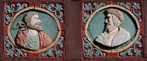 """[GERMANY.HESSEN 29312] 'Citizens of Butzbach.'  In Butzbach woodcarvings on the facade of the former 18th century inn """"Zum Goldenen Löwe"""" show portraits of citizens. Photo Paul Smit. (size: 2800 x 1170 pix)"""