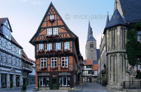 [GERMANY.SACHSENANHALT 21656] 'Market Place in Quedlinburg.'  	A view from the Market in Quedlinburg shows from right to left: the town hall (1619), the Marktkirche St. Benedikt (15th century) and timberframe houses bordering the Hoken and Marktstrasse. Photo Mick Palarczyk.