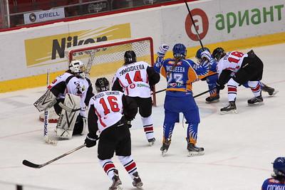 Челябинская команда женской хоккейной лиги Белые медведицы у себя дома в повторном матче уступила нижегородским хоккеисткам.