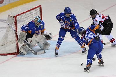 Челябинская команда женской хоккейной лиги Белые медведицы провела первый матч в новом сезоне на домашнем льду.