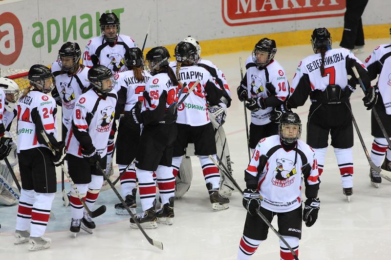 Челябинская команда женской хоккейной лиги Белые медведицы уступила на своем льду Динамо из Санкт-Петербурга со счётом 0:3.