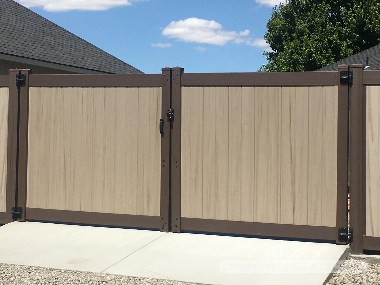 3050 - Vinyl Privacy Fencing