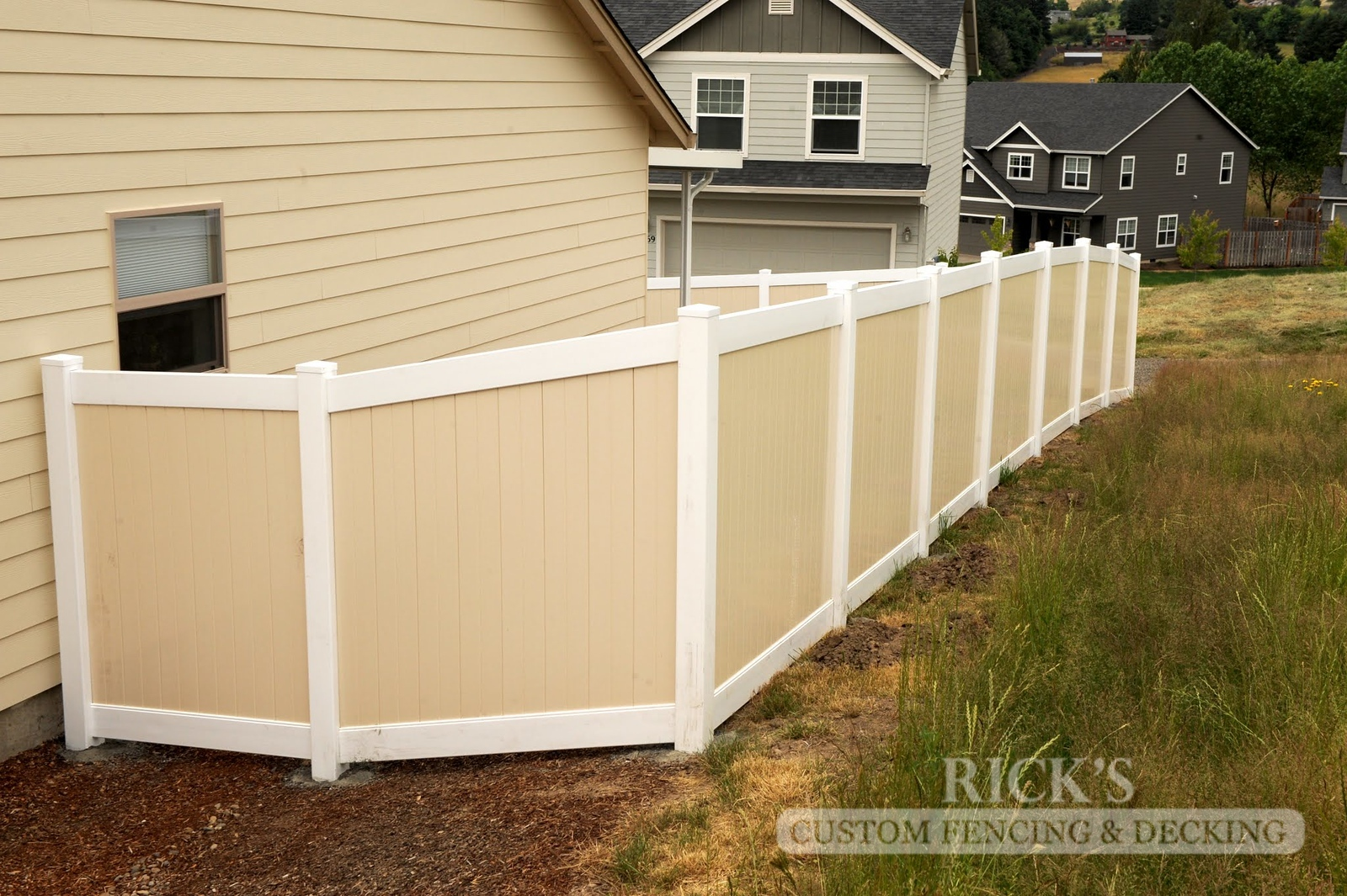 3028 - Vinyl Privacy Fencing