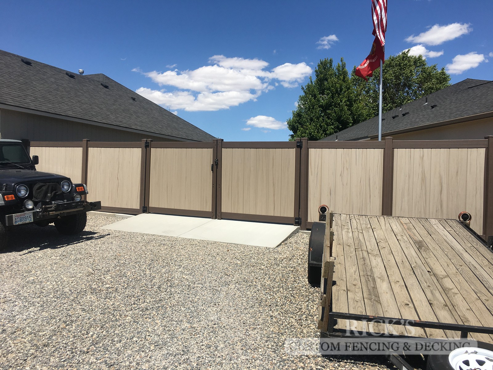3049 - Vinyl Privacy Fencing